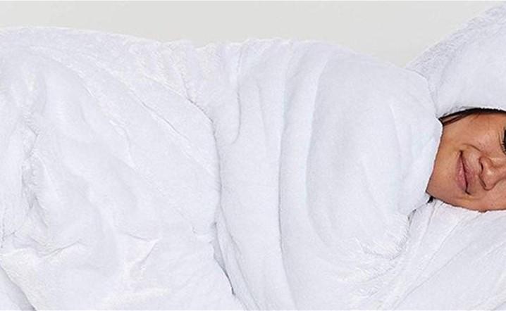 الأمازون يبيع دب قطبي للنوم بداخله