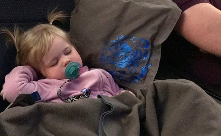 بالصور: أمّ تجد طريقة ذكية وغير مكلفة لنوم الأطفال براحة طوال الرحلة