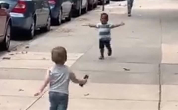 فيديو مؤثر: لقاء طفلين صديقين بعد غياب.