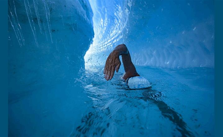 بالصور: سبح تحت طبقة جليدية في القطب الجنوبي
