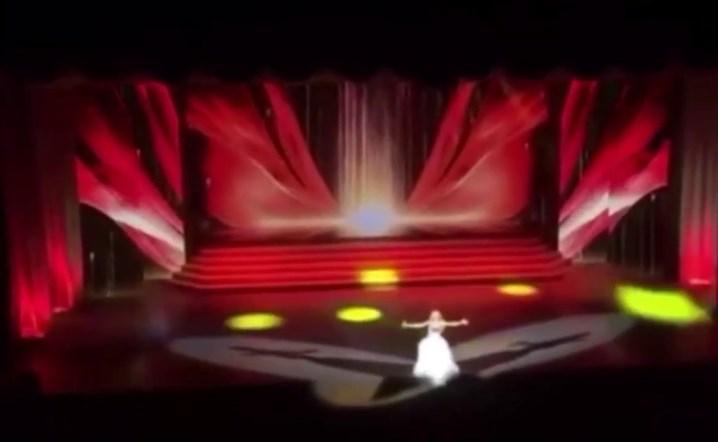 مغنية روسية تسقط عن المسرح ورغم ألمها تتابع الغناء