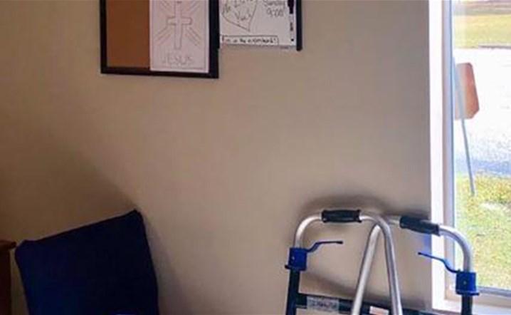 ممرضة تجد طريقة مميزة لمشاركة خبر خطوبتها مع جدها المحجوز