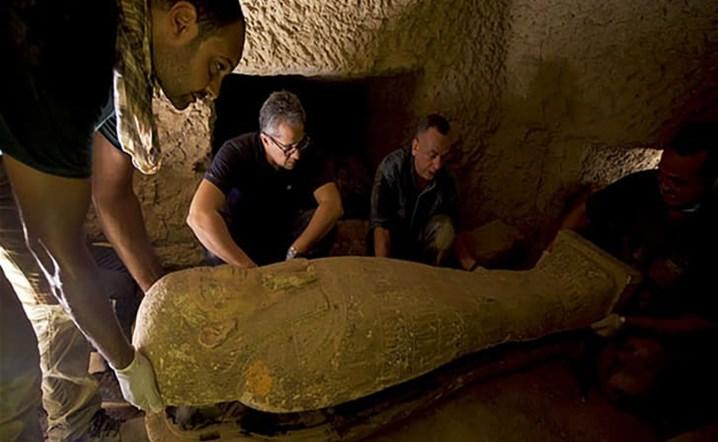 تم العثور على مقبرة مصرية في مقبرة سقارة تحتوي على مخبأ ضخم من التوابيت المختومة